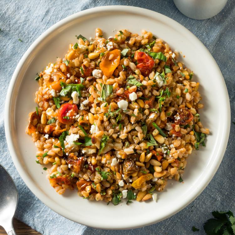 Salade de farro aux noix de pin et vinaigrette aux cerises