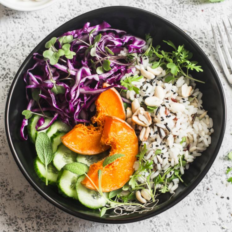 Bol de boulettes de poulet thaï, riz et légumes