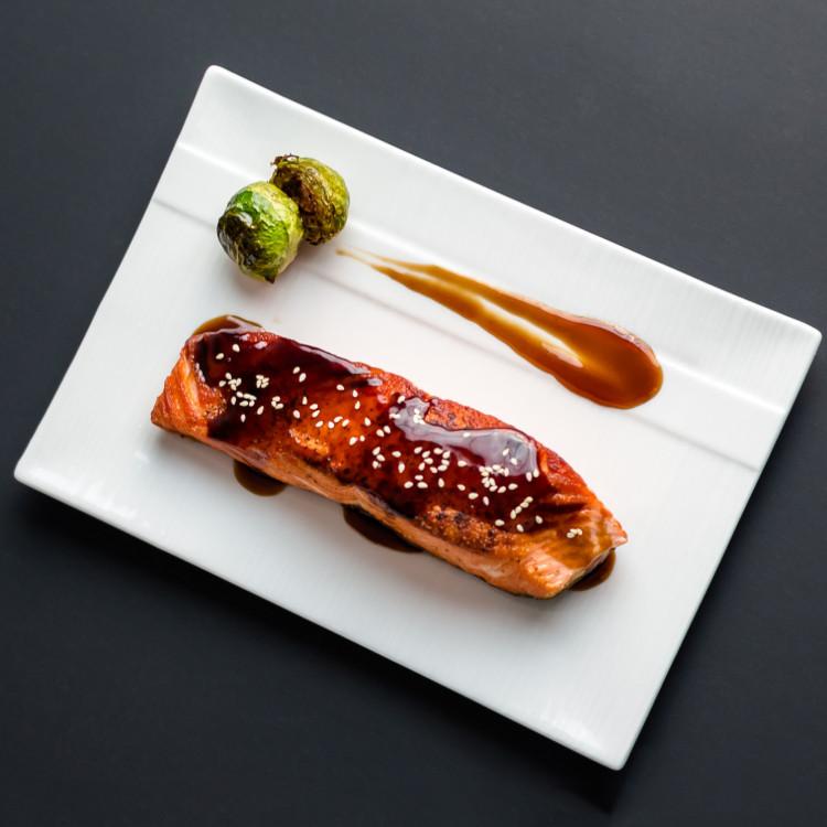 Bol teriyaki de saumon, vermicelles et légumes sautés