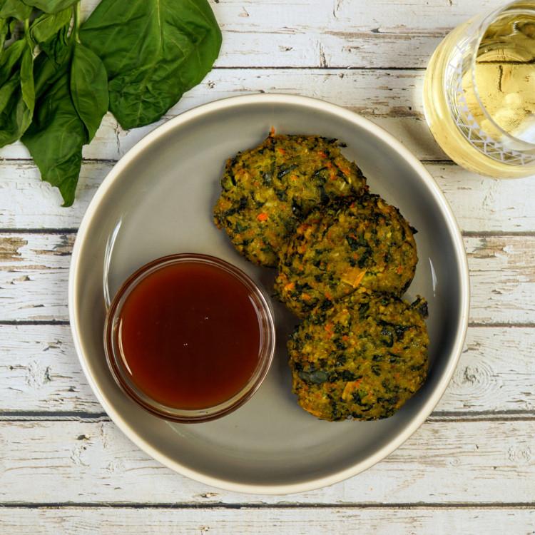 Croquettes de quinoa au feta et tomates séchées, réduction de balsamique et légumes grillés