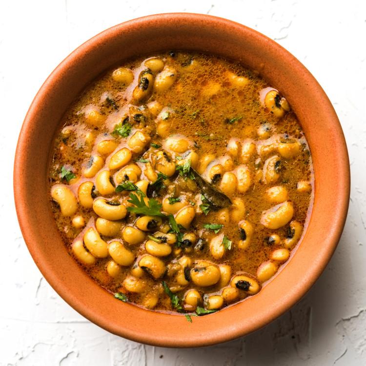 Casserole de haricots à œil noir à la marocaine, couscous aux fruits séchés