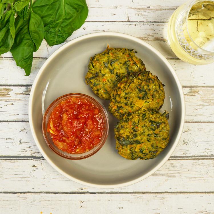 Galettes de courgettes, salsa de tomates à la menthe