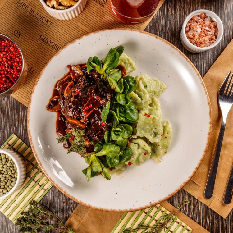 Braisé de veau aux olives, gnocchi et légumes verts