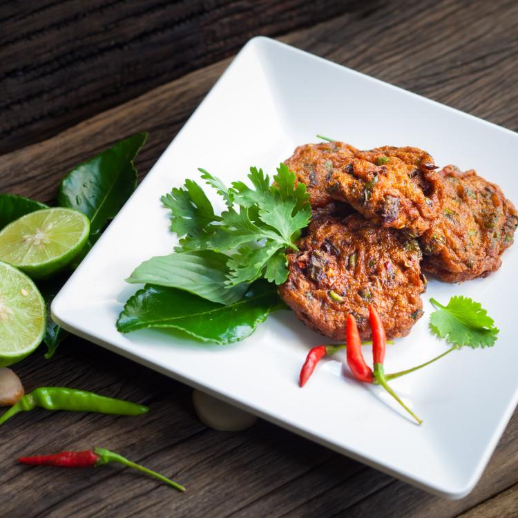Galettes de riz au jasmin, sauce thaï au cari rouge
