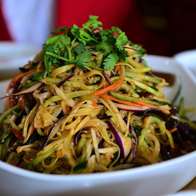 Salade de canard confit, vinaigrette aux agrumes et mangues