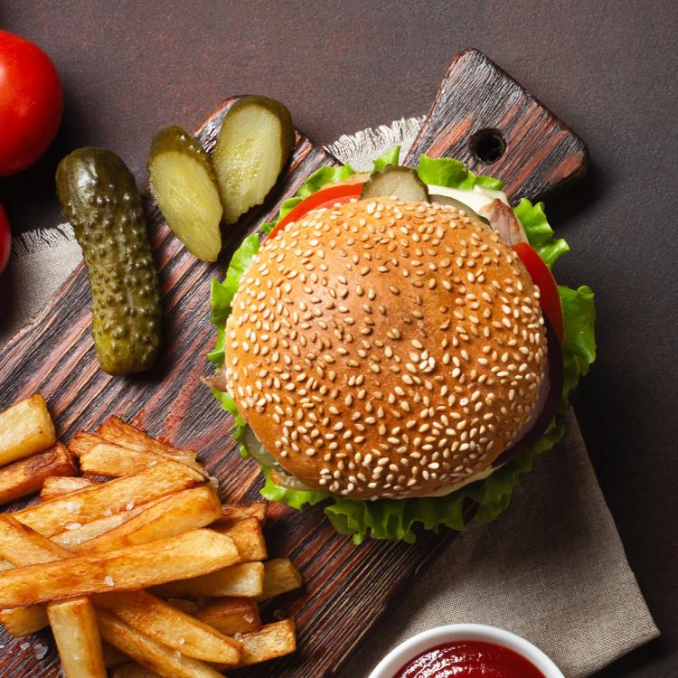 Cheeseburgers de poulet, mayo au miel et fleur d'ail du Qc, frites de patates douces