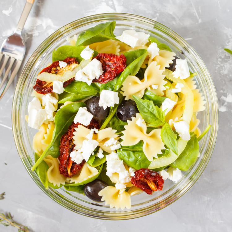 Salade de farfalle au feta et vinaigrette aux poivrons grillés