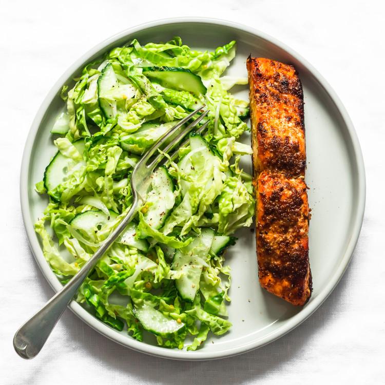 Saumon, carpaccio de concombres et fenouil, basmati et légumes verts