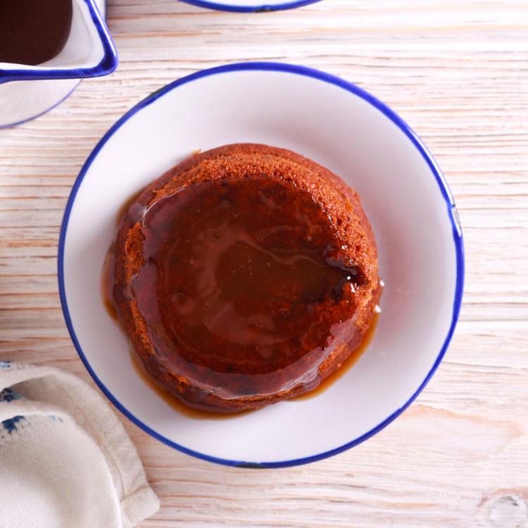 Gâteau aux dattes, sauce au caramel